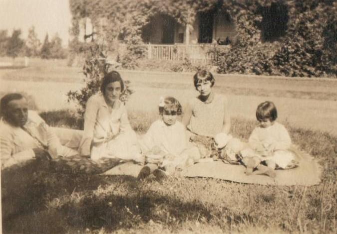 La familia Blaquier-Urquiza delante del casco La Dulce